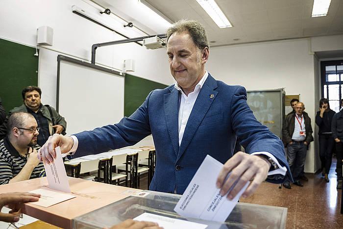 Alfonso Gil Bilboko PSEko alkategaia, botoa ematen