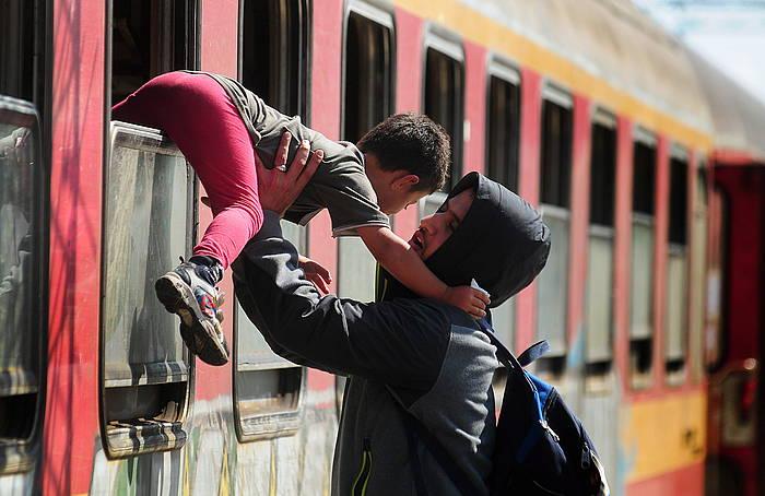 Aita-semeak Serbiako trenetik irteten, Kumanovo hiriko geltokian.