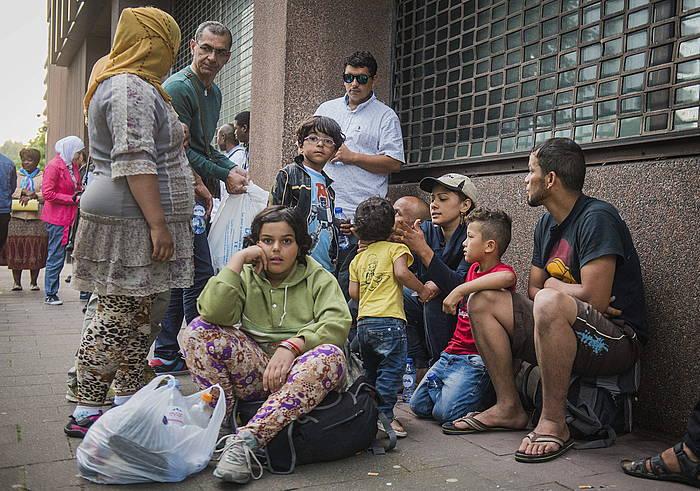 Hainbat errefuxiatu Bruselako Atzerritarren bulegoak ireki zain, asiloa eskatzeko.