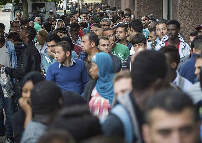 Errefuxiatu ugari Bruselako Atzerritarren bulegoa noiz irekiko zain, asiloa eskatzeko.