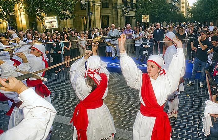 Ezpata dantzarekin hartu zituzten sarituak �tartean, 'Egunkaria'-ko langile ohiak- (2013-09-26)