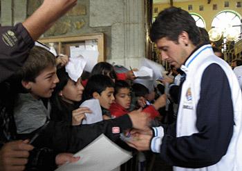 Mikel Aranburu jokalaria sinatzen Zumarragan, Realekoen Gipuzkoako ibilaldiko une batean (2010-06-17)
