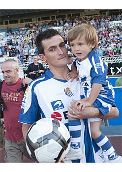 Joseba Llorente alabarekin Anoetan, aurkezpenean (2010-06-22)