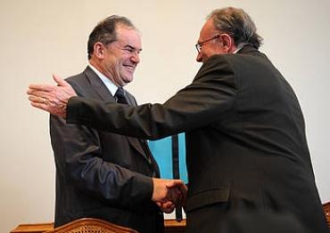 Georges Labazee (PS) Paueko Kontseilu Nagusiko presidente berria eta Jean Castaings (UMP) presidente ohia, Pauen (2011-03-31)