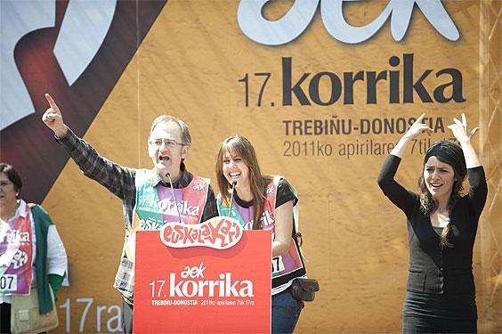 Kike Amonarriz eta Ilaski Serrano (Mihiluze) Korrikaren bukaerako hitzaldian, Donostian (2011-04-17)