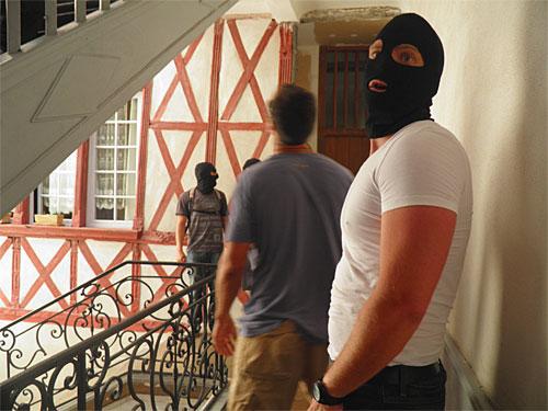 Frantziako poliziak Aurore Martinen ahizparen etxe atarian, Martin bera atxilotzera joanda