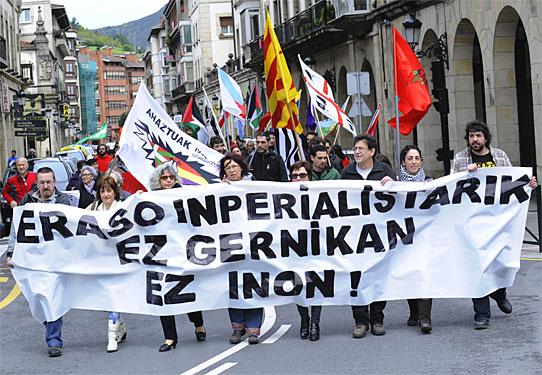 Ahaztuak eta Askapenak deitutako manifestazioa Gernikan, 'Eraso inperalistarik ez, ez Gernikan ez inon' lelopean