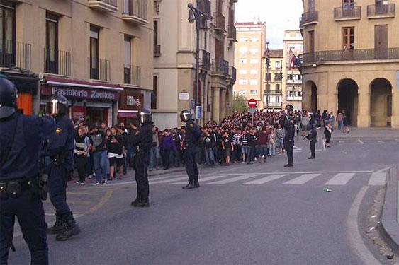 Iru�eko alde zaharrean, poliziak, manifestarien aurrean