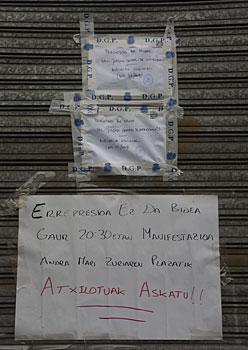 Espainiako Poliziak Gasteiz Izan plataformaren egoitza miatu ondoren jarritako prezintatze oharrak, goian, eta gaur iluntzerako antolatu duten protesta elkarretaratzerako deia, behean.