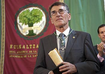 Joan Mari Torrealdai euskaltzaina, sarrera hitzaldia egin ondoren, Euskaltzaindiako dominarekin eta diplomarekin, Foruan, gaur.