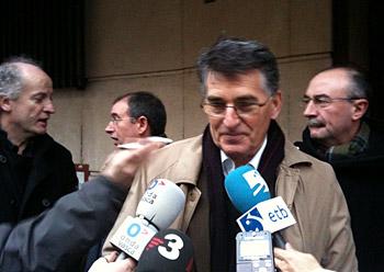 Joan Mari Torrealdai auzipetua gaur Madrilen hedabideen aurrean hizketan, Espainiako Auzitegi Nazionalera sartzear zirela.