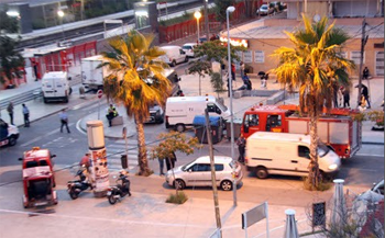 Castelldefels tren geltoki inguruan osasun zerbitzuetako kideak lanean gaur.