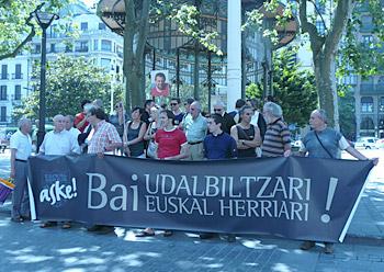 Hainbat bertsolari eta idazle gaur Donostian, Udalbiltzaren epaiketaren kontrako elkarretaratzean.