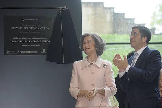 Sofia Espainiako erregina eta Patxi Lopez Jaurlaritzako lehendakaria gaur, Getarian, Balentziaga Museoaren inaugurazioan.