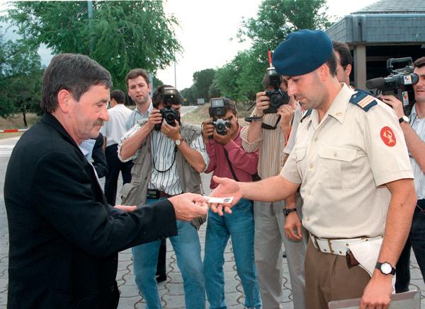 Jon Idigoras HBko diputatua 1993an, Zarzuela atarian.