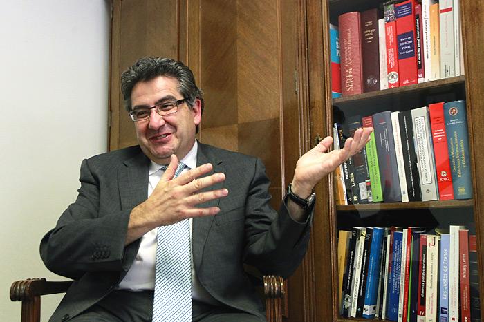 Jose Ricardo de Prada Espainiako Auzitegi Nazionaleko magistratua bere bulegoan.