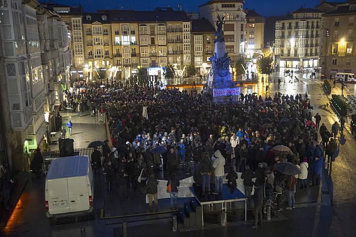 Martxoak 3an hildako langileen omenezko manifestaldia, Andra Mari Zuriaren plazan.