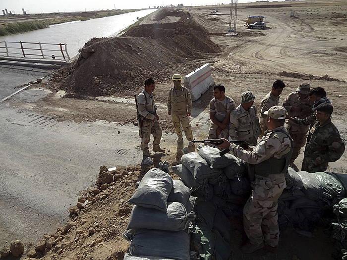 Kurdistango segurtasun indarrak, Peshmergak, Tikrit eta Kirkuk arteko bidea zaintzen.