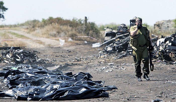 Ukrainan eroritako hegazkineko bidaiarien gorpuak.