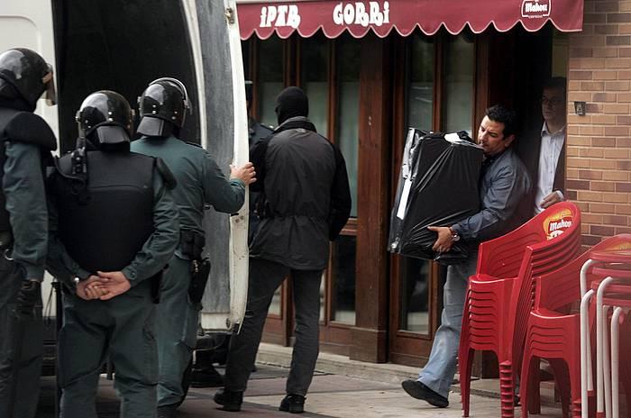 Guardia Zibilak Iruñeko Arrotxapea auzoko Ipar Gorri elkartetik dokumentazioa eramaten, 2006an. /