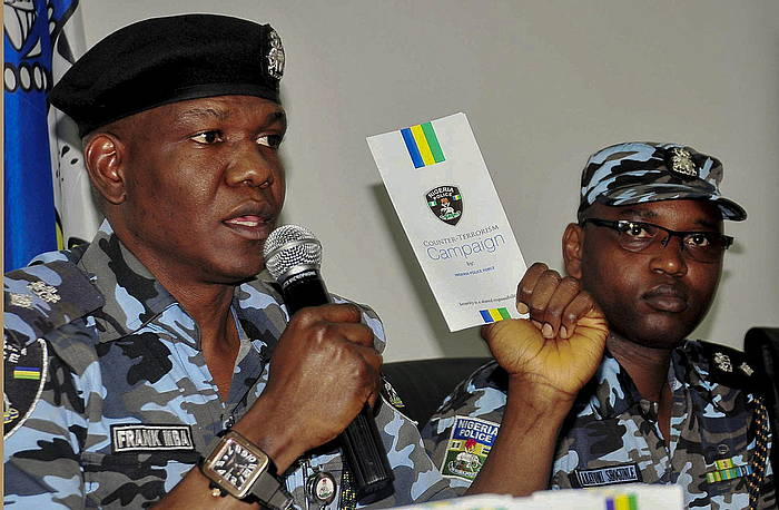 Nigeriako Poliziako eleduna, Boko Haramen aurkako operazio bat aurkezten.