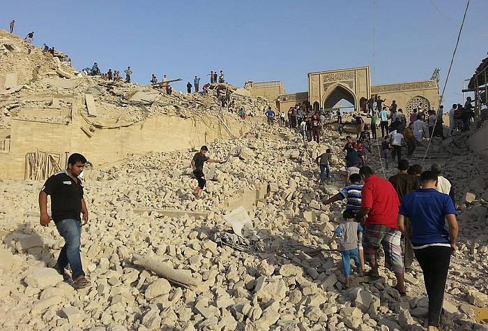 ISISeko kideek ustez Mosulen uztailean txikitu zuten hilobi sakratu bat. /