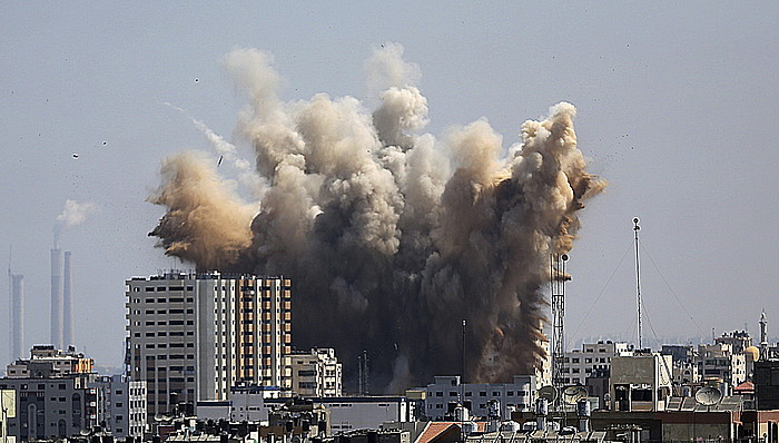 Hiru eguneko su-etena bukatuta, Israelgo hegazkinek Gazan egindako bonbardaketa bat, atzo.