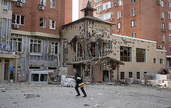 Eraikin bat suntsituta, Donetsken, artxiboko irudi batean. /
