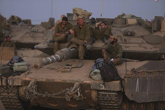 Soldadu israeldarrak Gazako mugatik gertu.