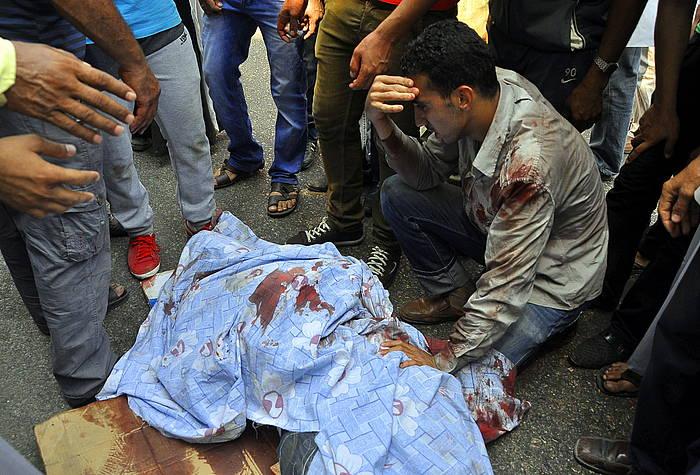 Protestetan hildako manifestari bat, iazko abuztuan, Kairon.