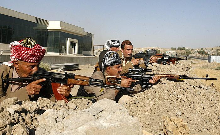 Erretiratutako hainbat peshmergak armak hartu dituzte berriro, jihadistei aurre egiteko.