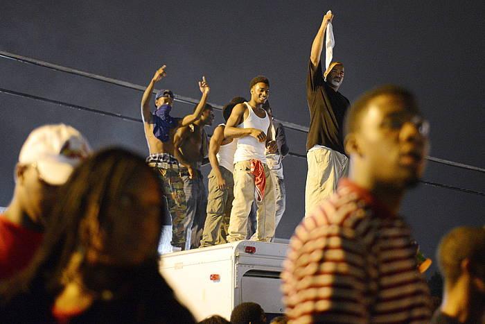 Protestak izan dira bart goizaldean Fergusonen, seigarren egunez jarraian.