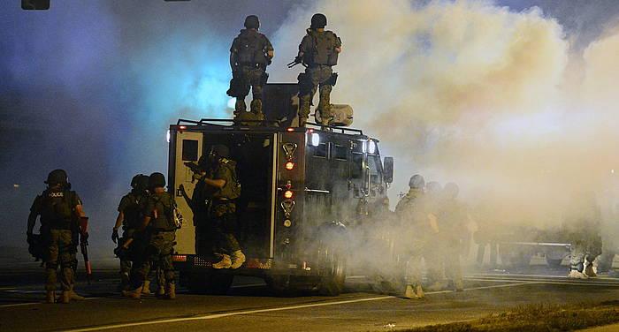 Polizia manifestarien aurka negar gasa jaurtitzen Ferguson hirian, Missourin.