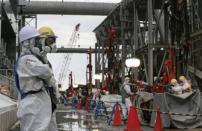 Teknikariak lanean Fukushimako zentral nuklearrean.