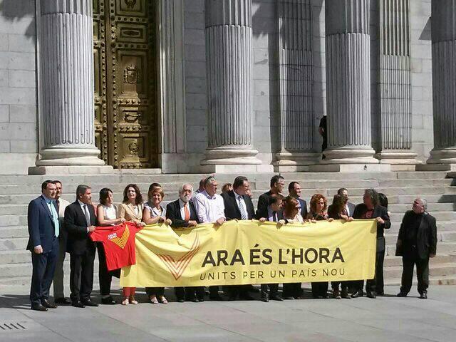 Espainiako Kongresuaren atarian, atxikimendua adierazi diote Diadari hainbat diputatuk.