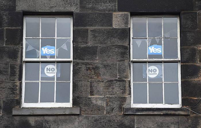 Independentziaren aldeko eta kontrako kartelak Edinburgoko leiho batean.