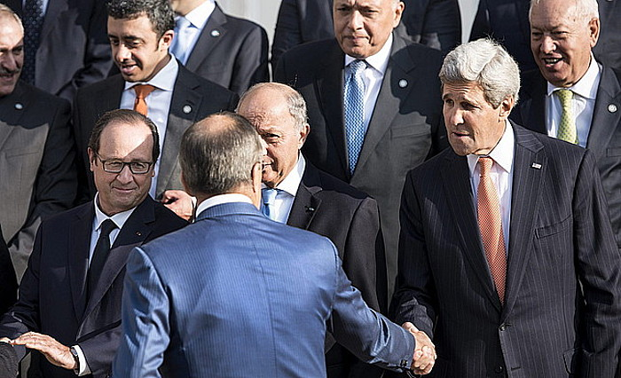 Sergei Lavrov Errusiako Atzerri ministroa —bizkarrez—, John Kerry AEBetako Estatu idazkariari eskua ematen, atzo, Parisko bilkuran.