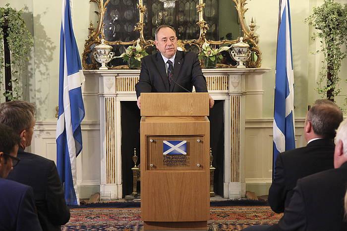 Alex Salmond, dimisioa emango duela iragarri duen agerraldian. /