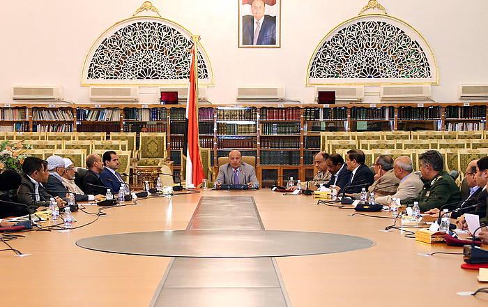 Abdo Rabu Mansur Hadi presidentea armadako buruekin bilduta, Sanan.