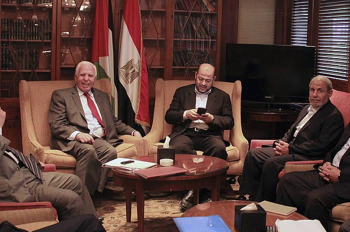 Al Fatah eta Hamaseko ordezkariak, atzo, Kairon berradiskidetzeko egin zuten bileran. /