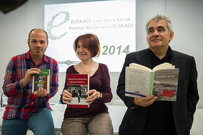 Iñigo Roque, Idoia Estornes eta Bernardo Atxaga, gaur goizean Euskadi sarien berri emateko ekitaldian. /