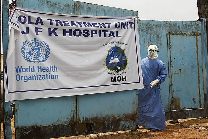 Ebola gaixoak artatzeko zentro bat, Monrovian.