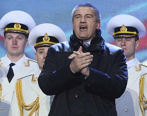 Axionov, Moskun, Krimeak Errusiarekin bat egitearen alde bozkatu ostean.