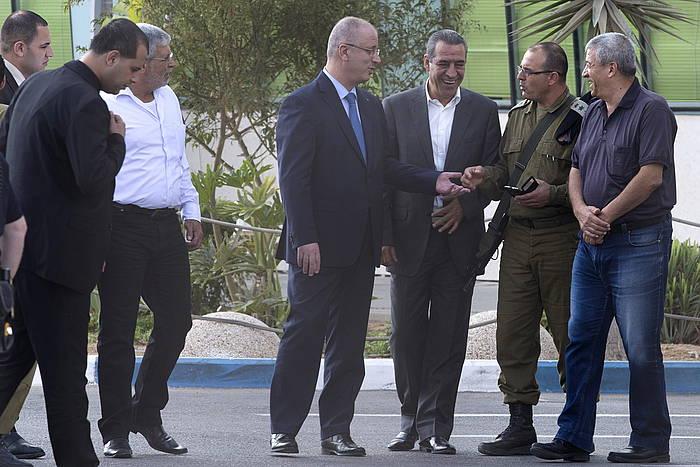 Rami Hamdallah Palestinako gobernuko lehen ministroa, Erezeko mugan, Gazarako bidean.