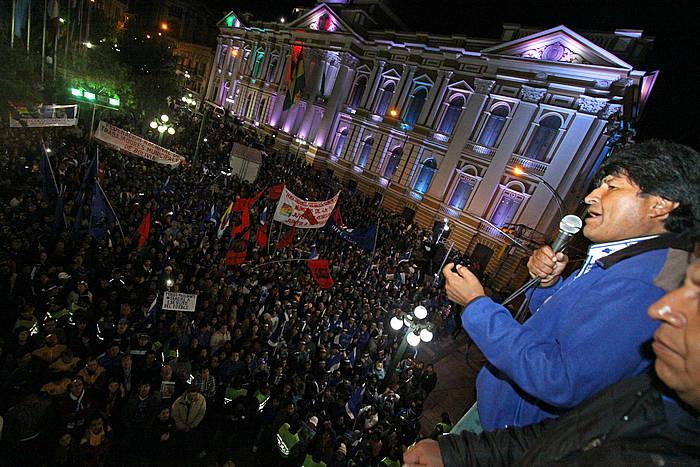 Evo Morales, gobernuaren egoitzatik herritarrei hitz egiten, hauteslekuetan eginiko inkestek hura garailetzat jo ondoren.