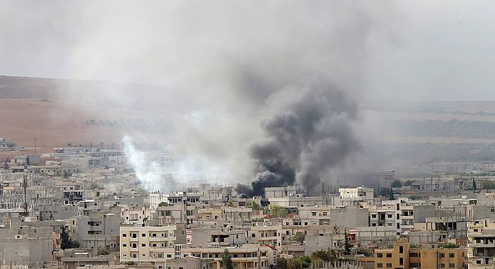 Kurduak eta ISeko miliziak borrokan Kobanen, Urfatik —Turkiaren mendeko Kurdistandik— eginiko argazkian.