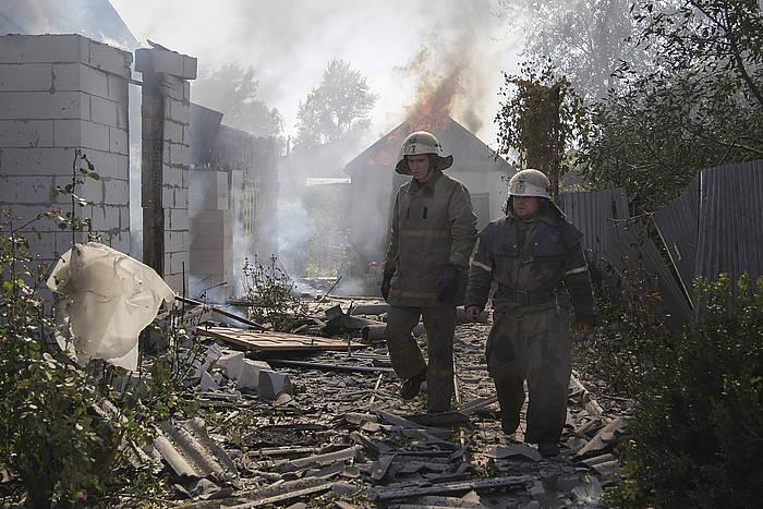 Bi suhiltzaile, Donetskeko aireportutik gertu. /