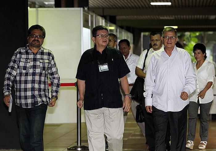 FARC Indar Armatu Iraultzaile Kolonbiarretako ordezkariak, iraila amaieran, Habanako Konbentzioen Jauregira iristen.