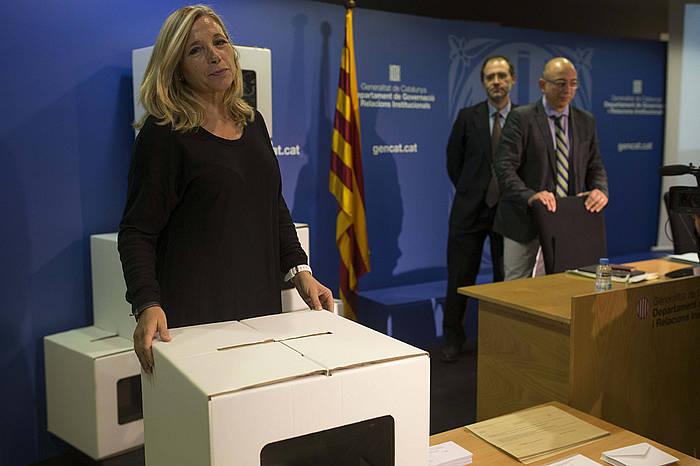 Joana Ortega, hautetsontzi batekin, azaroaren 9ko galdeketaren xehetasunak ematen.