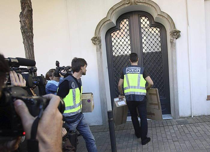 Oleguer Pujolen etxea miatu du Espainiako Poliziak. /